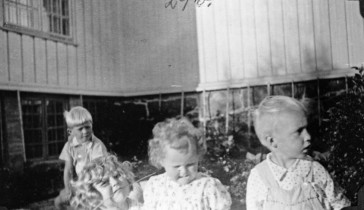 Fire barn utenfor Fredheim skole.