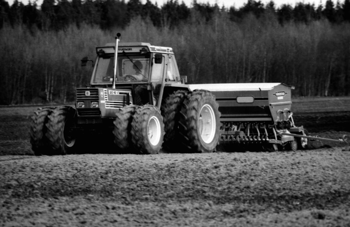 Stor traktor med utstyr for jordbearbeiding og såing. Utviklinga i kornproduksjonen går mot større maskiner og drift.