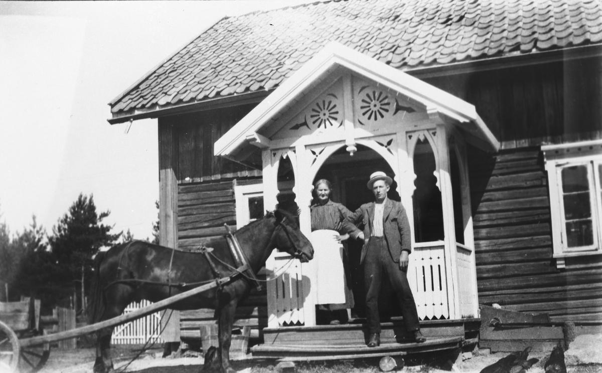 Marie Nordi og Hjalmar Nordli på trappa med hesten.