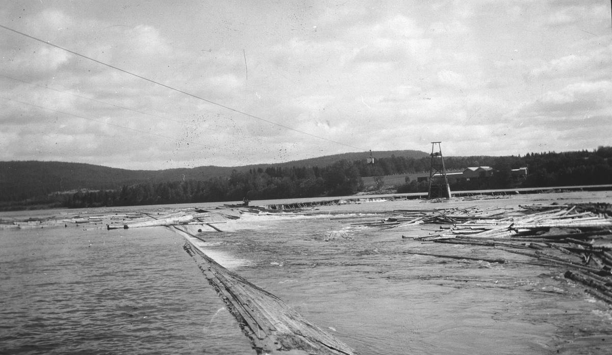Dammen i Funnefoss, med tømmer i elva og taubanen over.