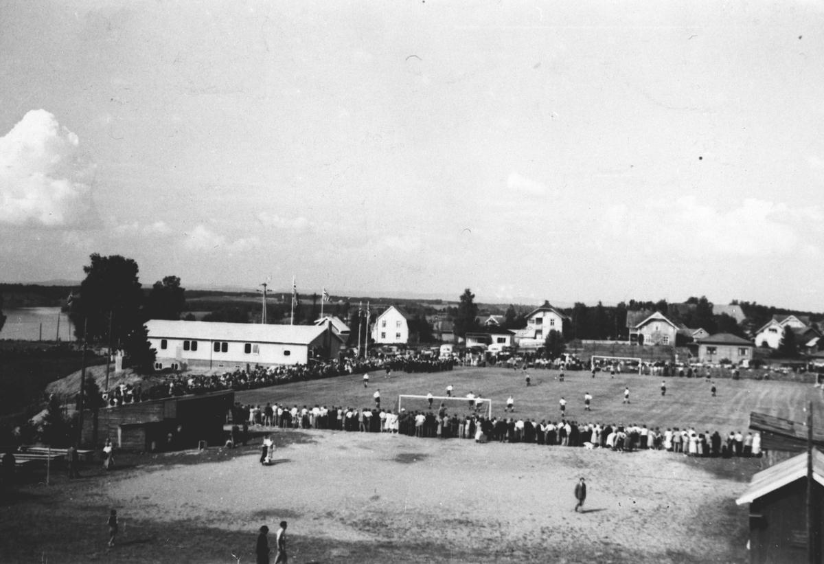 Åpning av idrettsplass, Haga. Samfunnshuset bak.