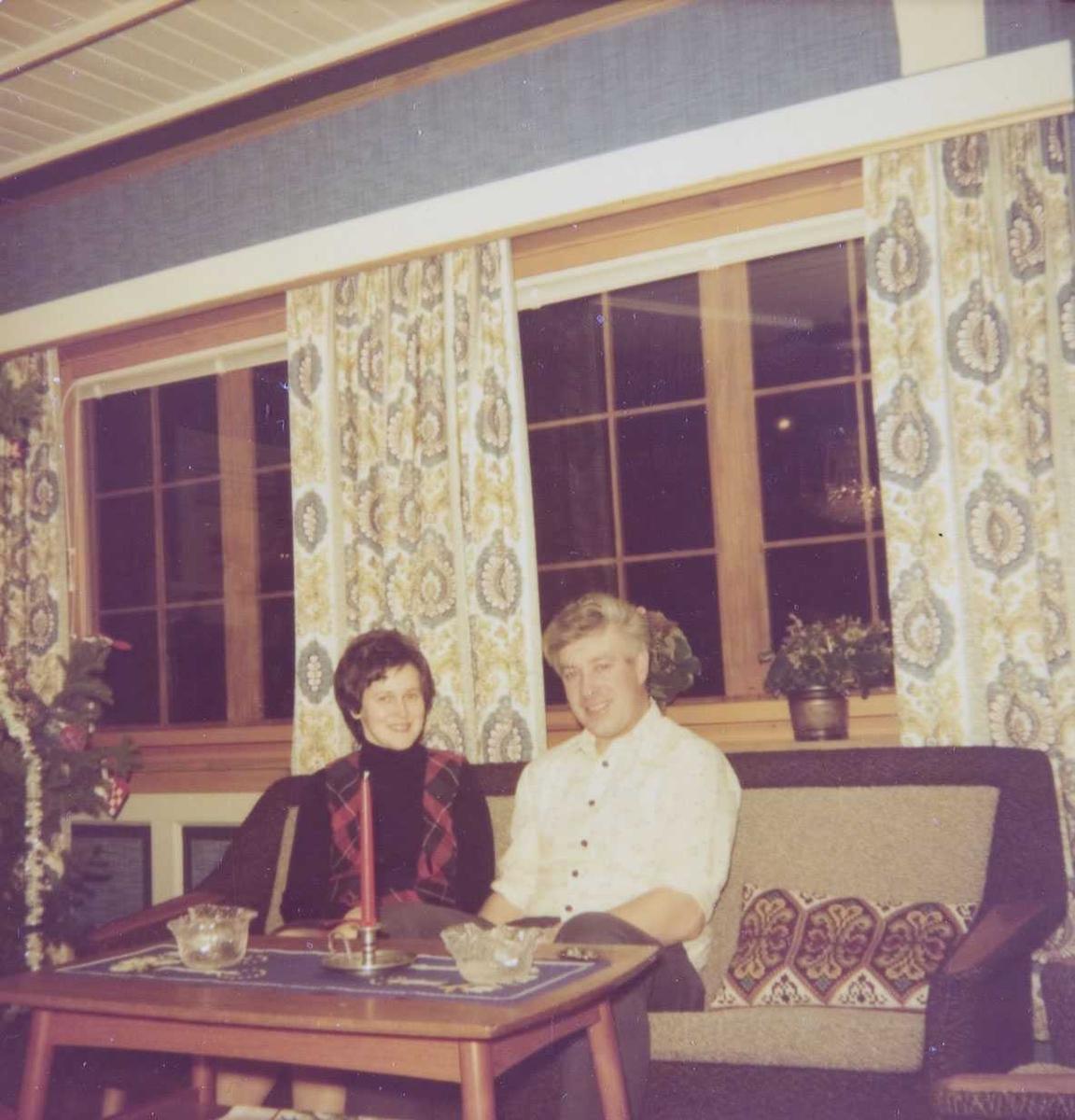 Bonden og kona i sofaen ca. 1975