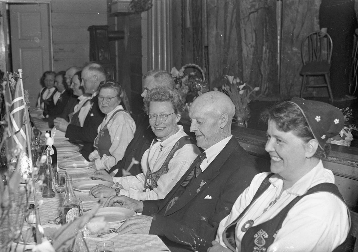 Middagsselskap. Harald Venger til høyre på bilde 2.
