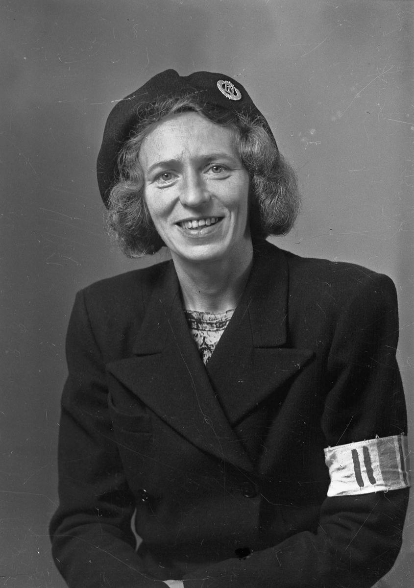 Kvinne i uniform fra Hjemmefronten.