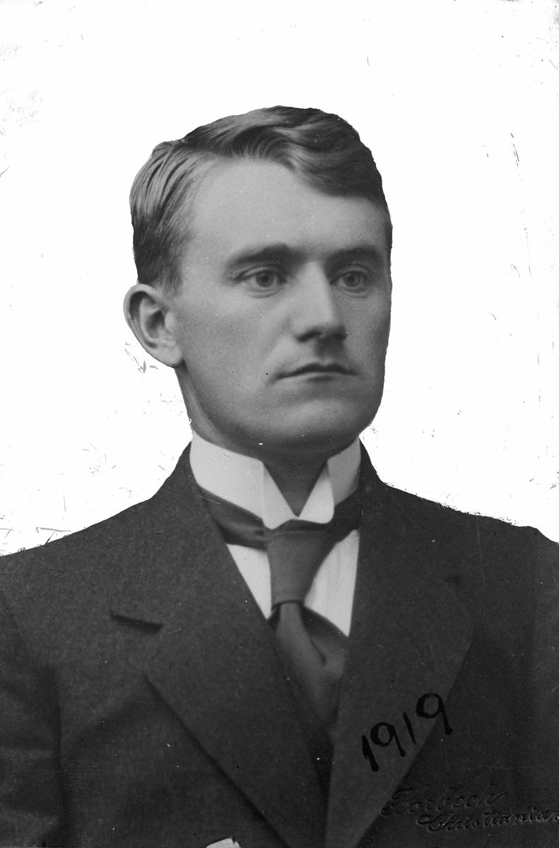 Mann. 1919 er skrevet på bildet. Avfotografert bilde. Opprinnelig fotograf: Forbech, Christianien.