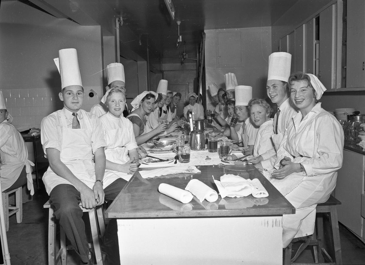 Elever i kokkeuniform.