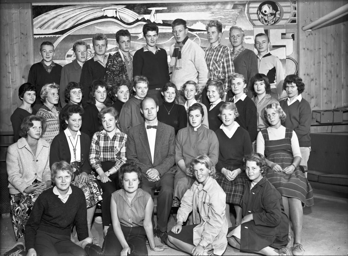 Lærer og elever ved Eidsvoll Landsgymnas. Kari Eriksen, Per Waage og lærer Bjarne Birkeland på bildet.