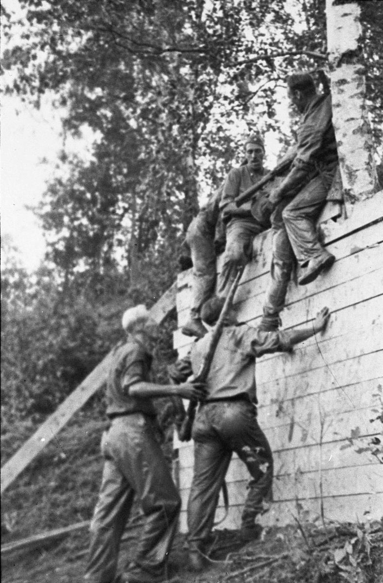 Militær trening, mest sannsynlig rett etter krigen.