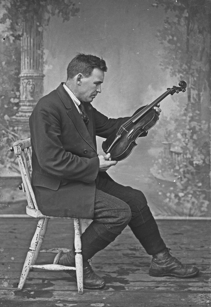 Portrett. Mann med fiolin