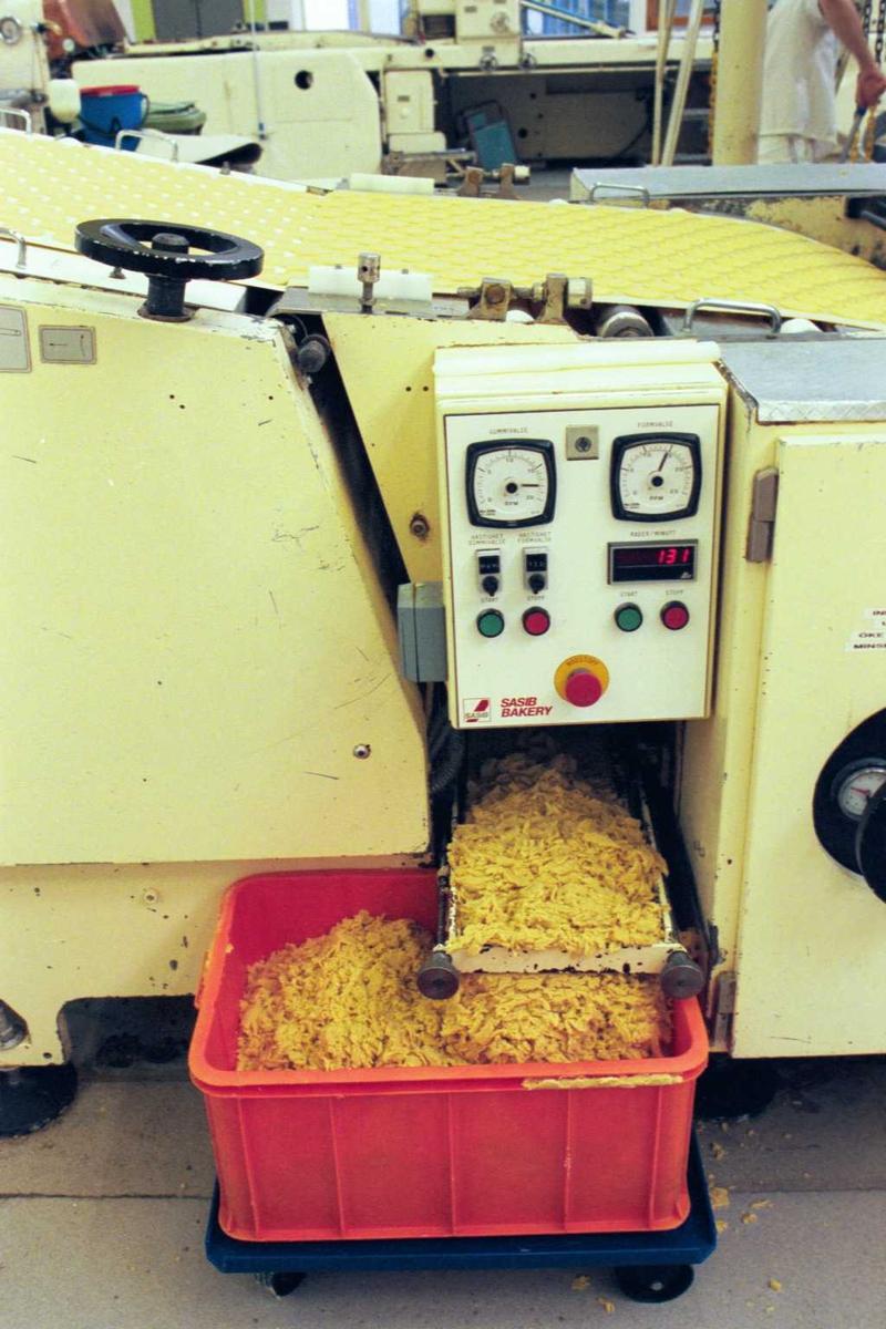 Fabrikkmiljø, maskiner, overflødig frasortert deig