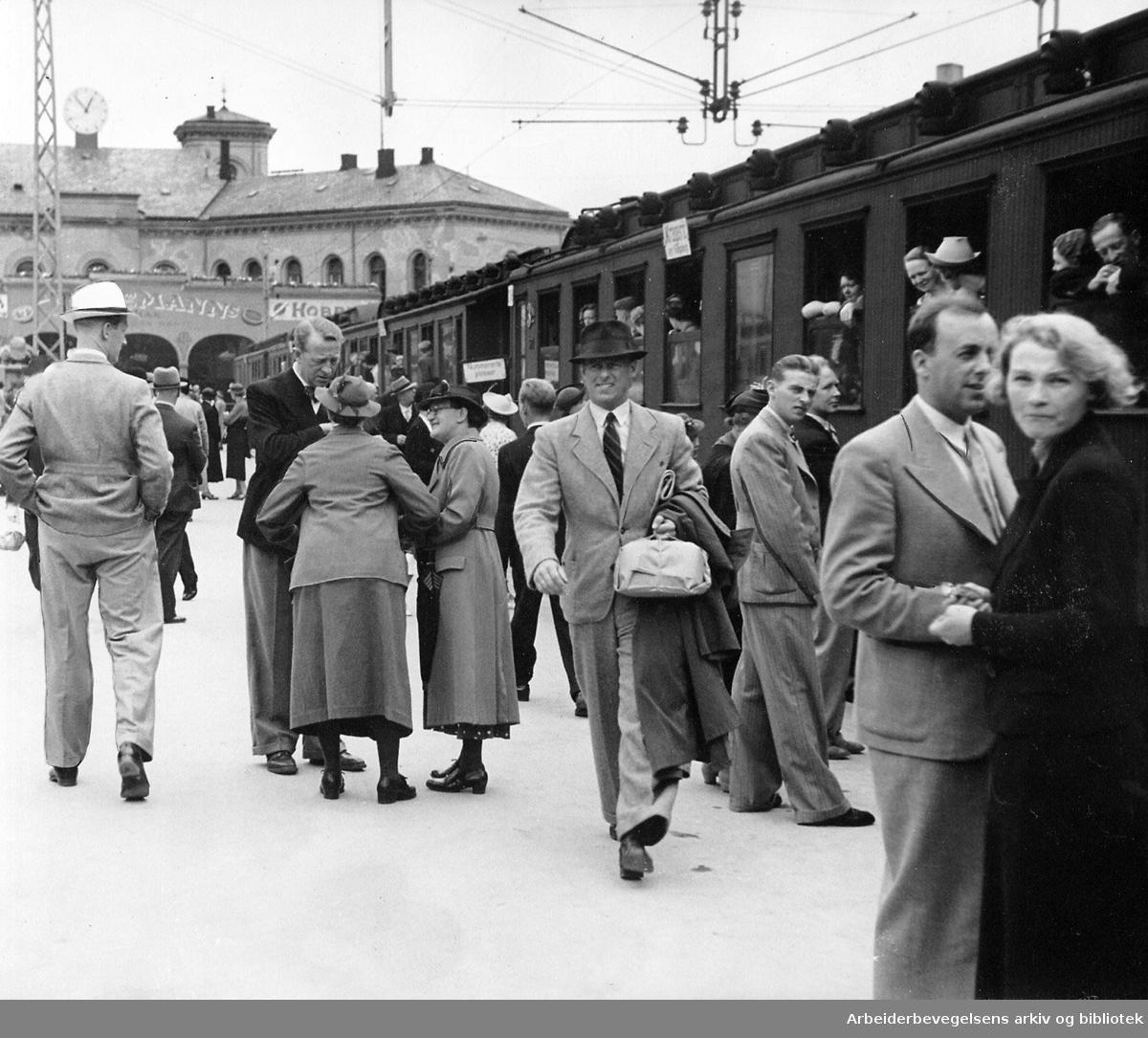 Reisende med tog fra Vestbanen jernbanestasjon, .juli 1938