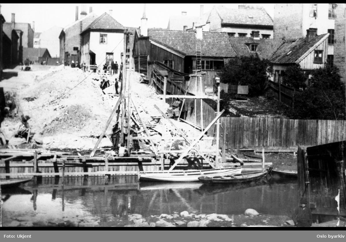 Anleggsarbeidene ved byggingen av Hausmanns bro. Fotografen har stått på østsiden og fotografert mot Chr. Krohgs gate. Akerselva.