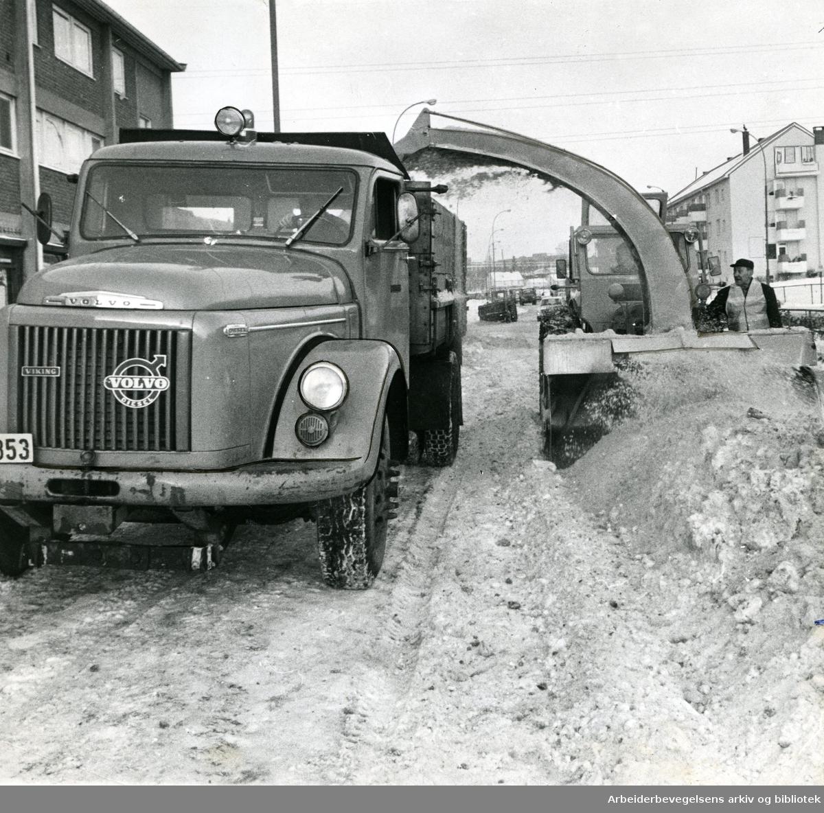 Oslo veivesen rydder snø,.januar 1967