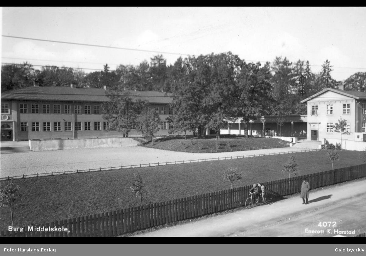Berg videregående skole med uteområde og grøntarealer, sett fra John Colletts allé. Postkort, 4072