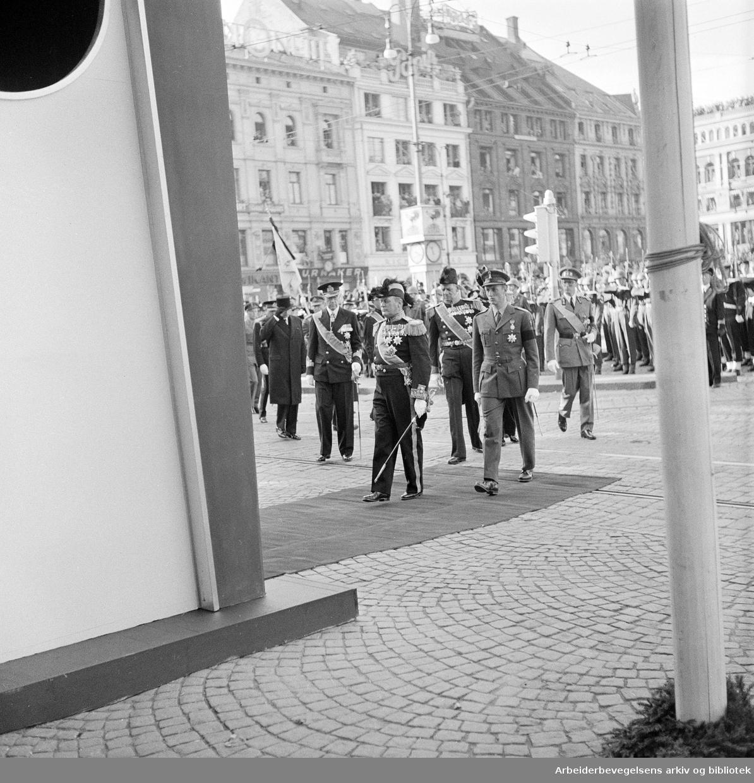 Kong Haakon VIIs gravferd..Kronprins Olav og prins Harald ankommer Oslo Domkirke,.oktober 1957
