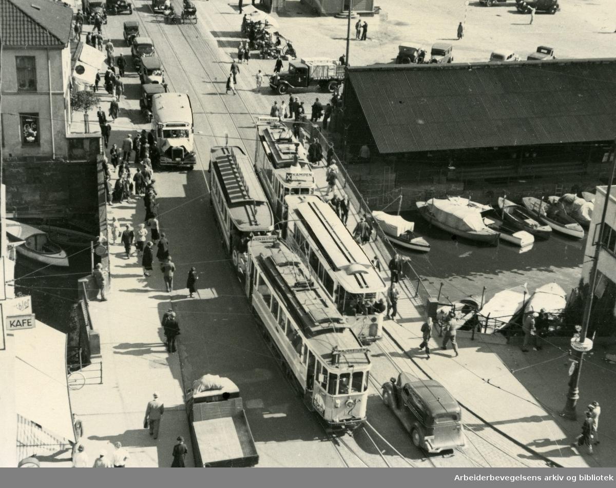 Trikken til Majorstuen møter trikken til Kampen på Vaterlands bru. Bak skuret til høyre ses en del av parkeringsplassen på Grønlands torg,.1939