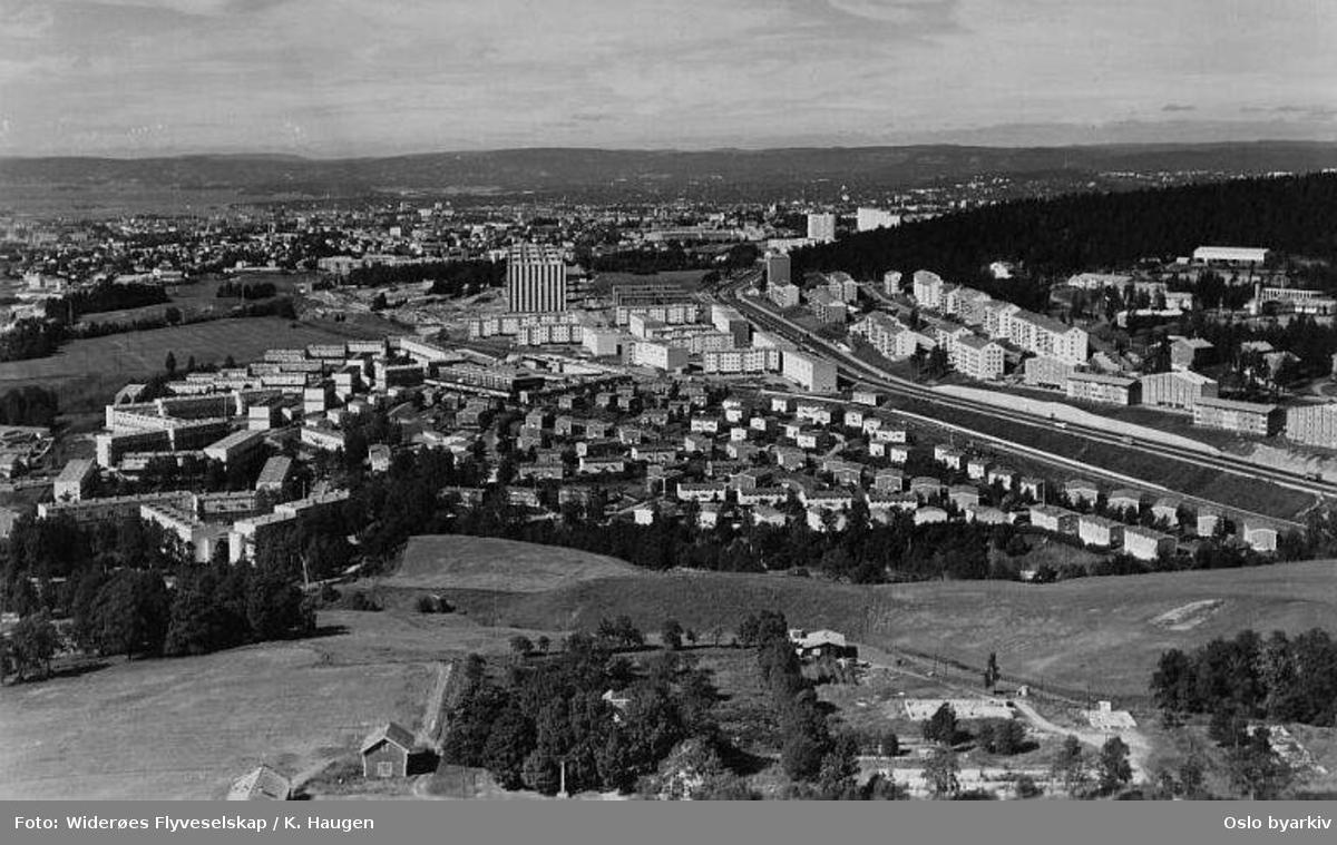Trondheimsveien, Linderudsletta, Sletteløkka, Veitvetveien, Beverveien, Rådyrveien, Grevlingveien. Grorudbanens trase. Selvaagbyggs rekkehus og blokker. Linderud nærmest i bakgrunnen. (Flyfoto)
