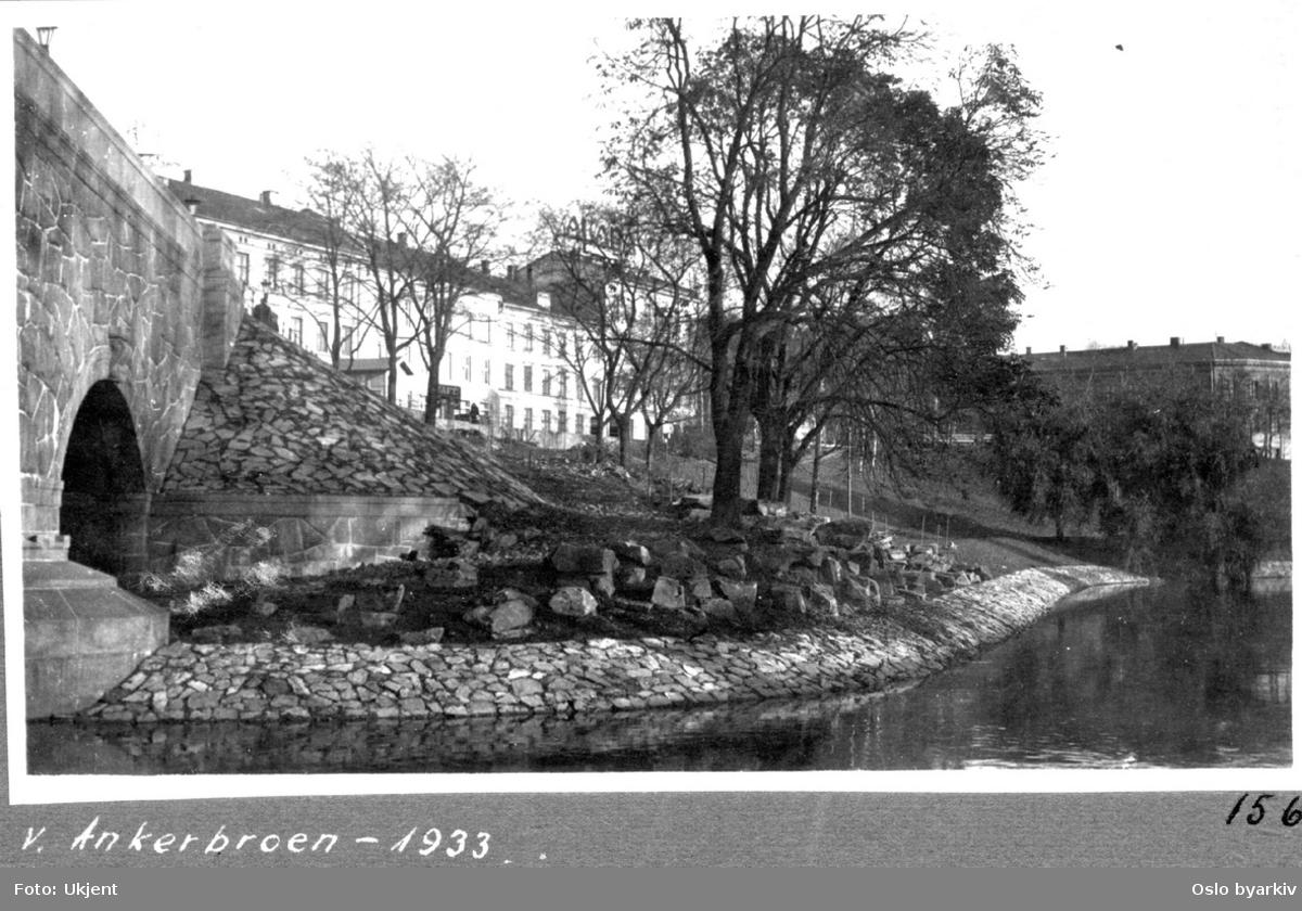 Akerselvas østre elvebredd med parkbelte og naturstein langs elvebredden. Søndre gate med bygårder i bakgrunnen. Schous bryggeri til høyre bak i bildet.