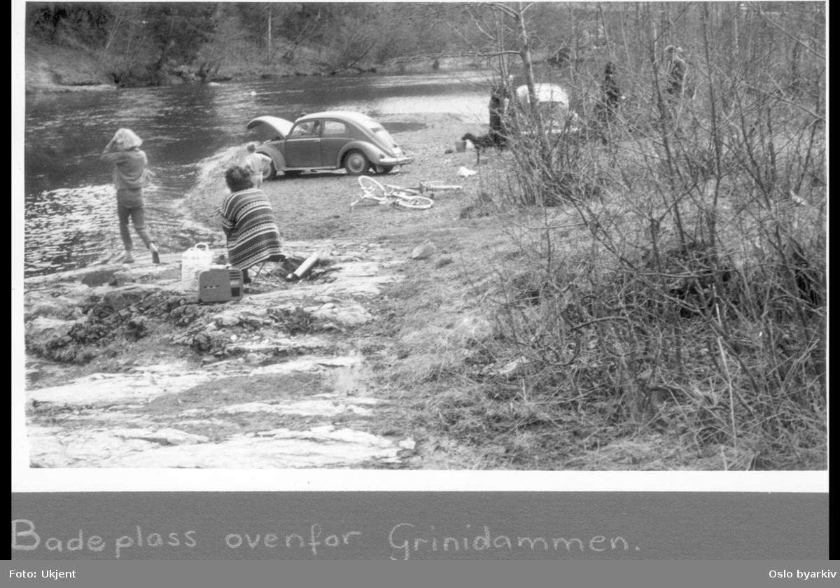 """Picnic ved Lysakerelven. To Volkswagen Type 1 (Boble) ved elvebredden. Albumtittel: """"Turveier"""""""
