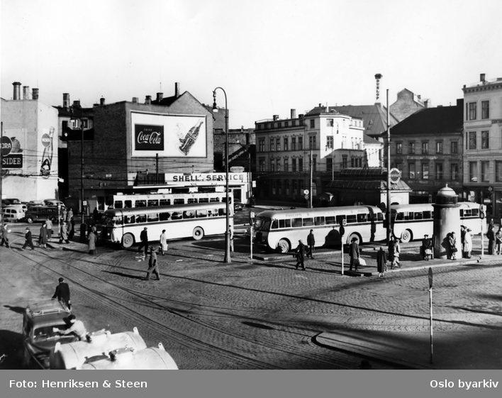 Busser for Østmarkruten på Jernbanetorget ved Østbanestasjonen. Reklameskilter.