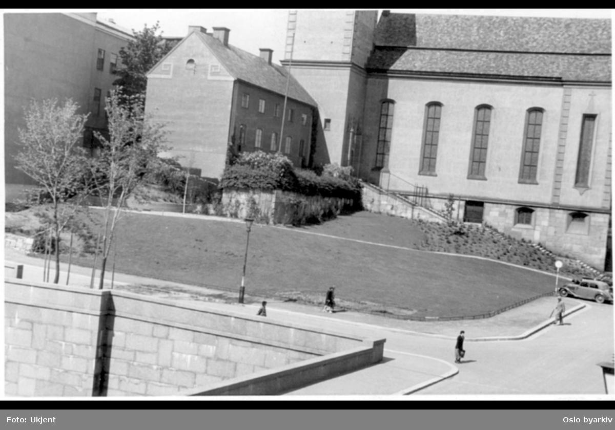 Margaretakyrkan og Deichmanske bibliotek (venstre hjørne) med grøntområdet foran kirken før utvidelsen av bibliotekets østfløy. Murfasade ned til Henrik Ibsens gate (nå Hammersborggata) med skjæring under Grubbegata (1920-30 årene endte Grubbegata ved Hospitalsgata).