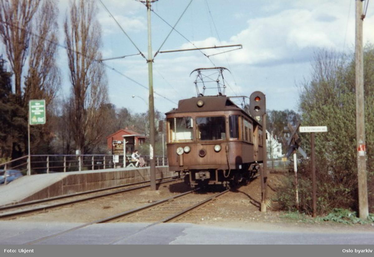 Holmenkollbanens 37 på vei i retning byen fra Sørbyhaugen der sporet krysser C. A. Torstenssens vei.