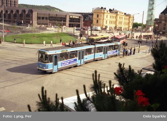 Oslo Sporveier. Trikk motorvogn 119 type SL79 linje 2mot Jernbanetorget fra Nygata. Østbanebygningen, Oslo Sentralstasjon, Klokketårnet (reist 1986). Busser.