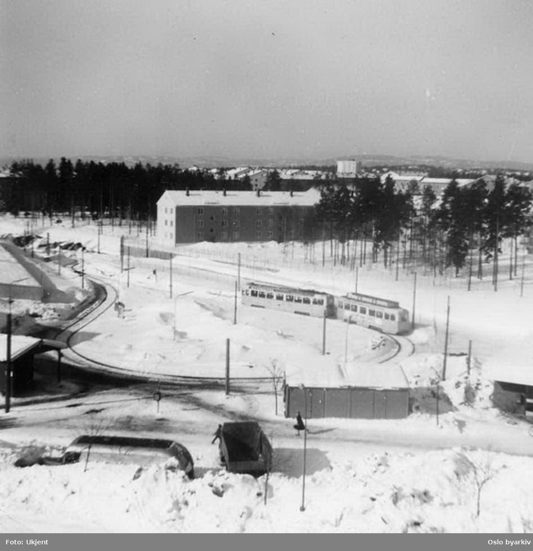 Oslo Sporveier. Trikk motorvogn type Høka MBO og tilhenger type Høka TBO linje 4 i den nyeste sløyfa som ble bygd noe sør for den første for å gi plass til den kommende T-banestasjonen. Vi kan ane T-baneperrongene i snøen på andre siden av Høkatoget. Sløyfa hadde et kort enkeltspor rett før Rabben tunnel. Vinterbilde.