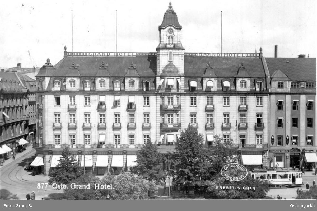 Grand Hotel, Karl Johans gate. Rosenkrantz' gate, trikk i Karl Johans gate. Postkort 877 med påtrykket stempel ORIGINAL FOTOGRAFI.