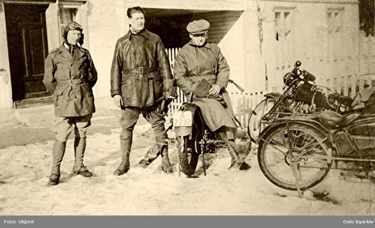 Motorsykler og sjåfører. Anders Wilhelm Nielsen til høyre, Fritjof Høyer, verkstedsjef Norsk Esso i midten. Ukjent sted.