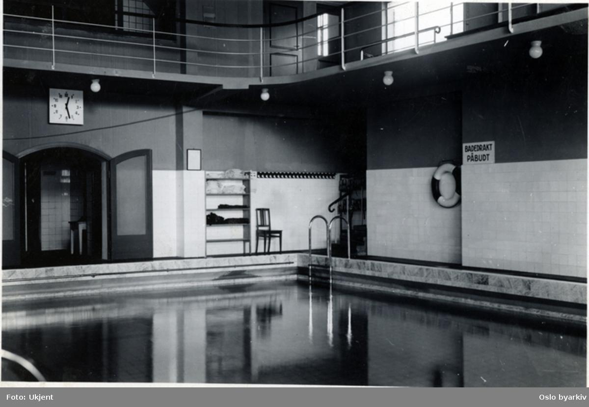 Interiør fra svømmehall med galleri. Askim folkebad?