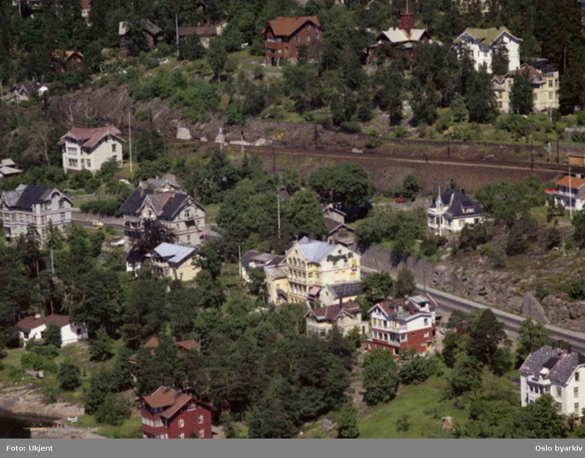 Mosseveien og Østfoldbanen (jernbane). Nordstrandveien skimtes (med rød bil). (Flyfoto)
