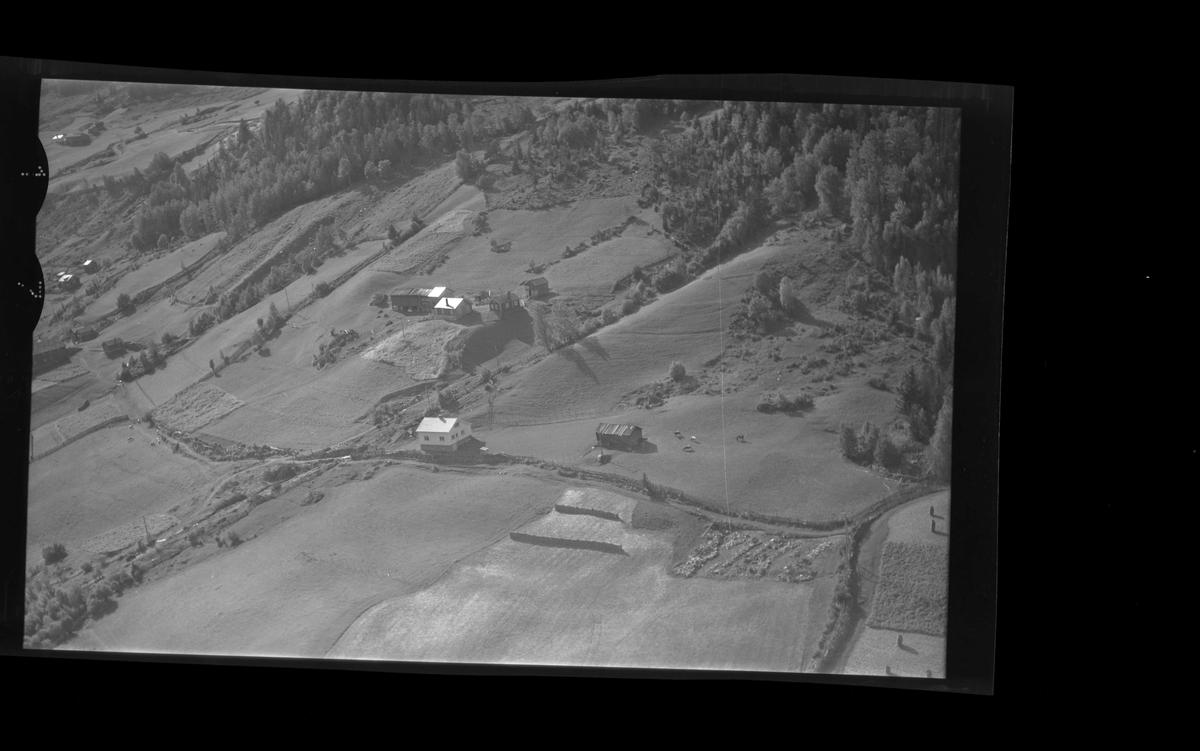 Flyfoto av Rohaugen. Bolighus,hallingstugu,låve og stabbur.