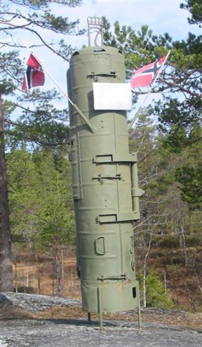 Slipp-container (fra slippet), påmontert Haakon den 7`s emblem på toppen, samt aluminiumsplate m/inskripsjon.
