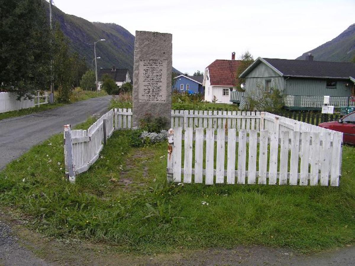 Finansiert ved innsamlede midler og ble avduket 19. juni 1949 av fylkesmannen i Nordland, Karl Hess Larsen  Kjøreanvisning: Beisfjord sentrum, like ved siden og vestsiden av veien