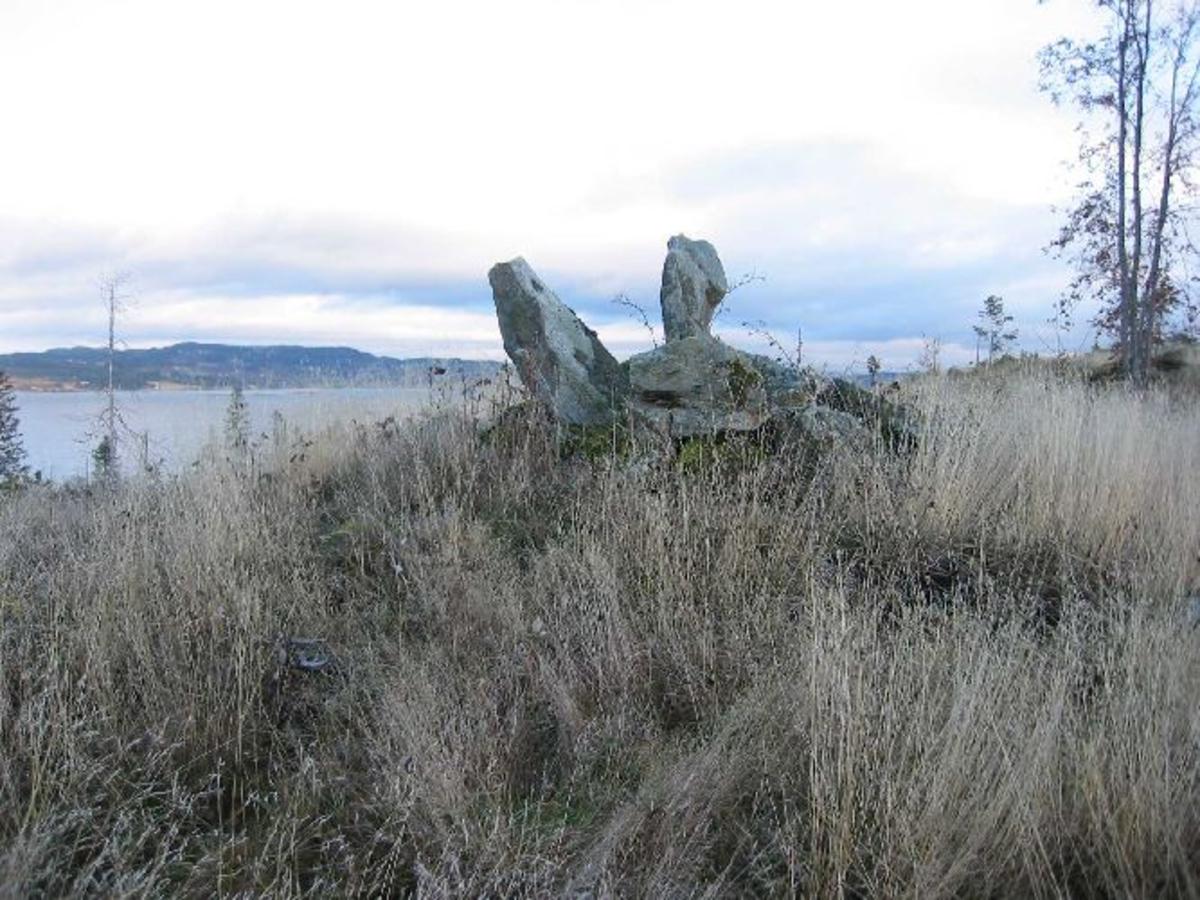 Steinmarkering på toppen av en høyde. Svært sjelden at veter (varder) er markert på denne måten.