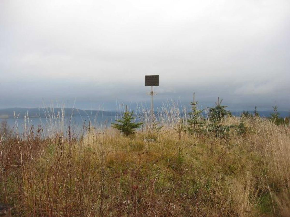 Opplysningstavle av metall satt opp på toppen av veten