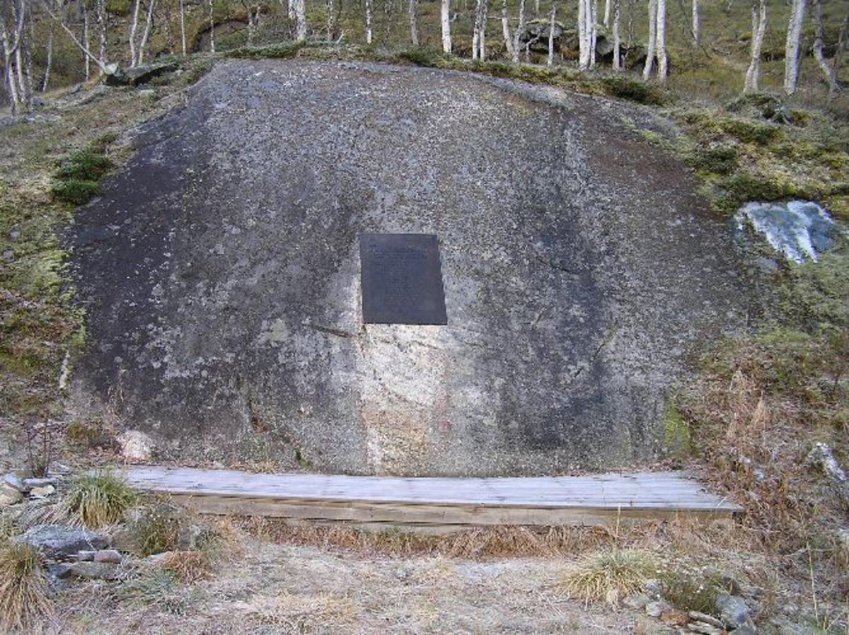 Brigadesjef, oberst Arne Pran, bestemte i mars 1986 at det skulle settes opp en minneplate, i Vassdalen, i tilknytning til rasstedet. Minneplaten ble avduket av brigadesjef, oberst S. Øverland, den 5. september 1986. Kjøreanvisning: Avkjøring fra E6 i Bjerkvik til Vassdal. 300 m før veiende følg vei til venstre opp en bakke og forbi noen gårder til en parkeringsplass. Dertter følge merket traktorvei, ca 4 km til Storfossen hvor minneplata er satt opp, på et svaberg på motsatt side av dalen hvor ulykken skjedde.