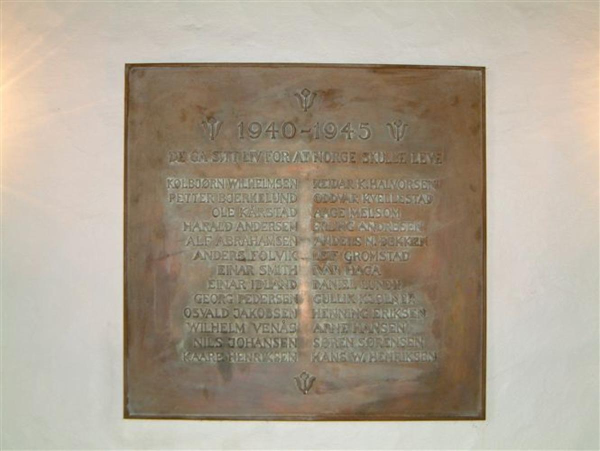 Minnetavle i bronsetavle med navnene på de falne.