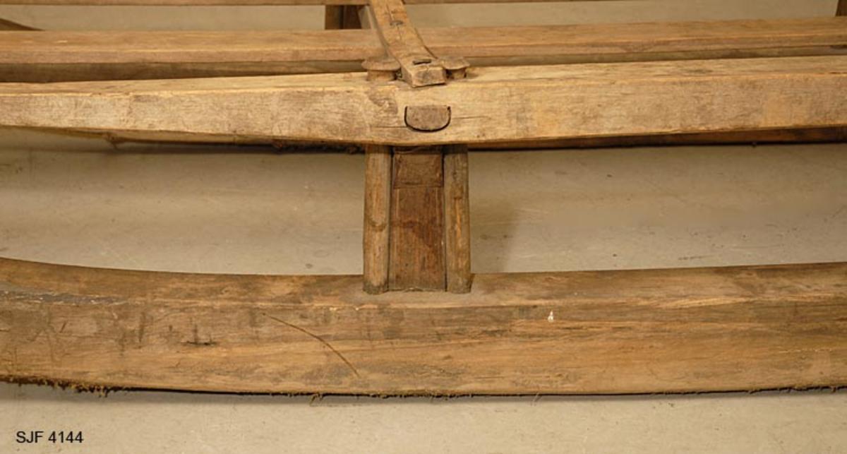 Sleden er laget av bjørk. De to midtre birdene er av furu.  Ved endene av det fremre tverrtre er det brukt en ring av kuhorn. Den har ikke jernskoning. Sleden er brukt til høy- og vedkjøring.  Den er laget av Arnt Jakobsen Gjeldsnes (1818-1872) Han var en meget flink snekker og treskjærer.