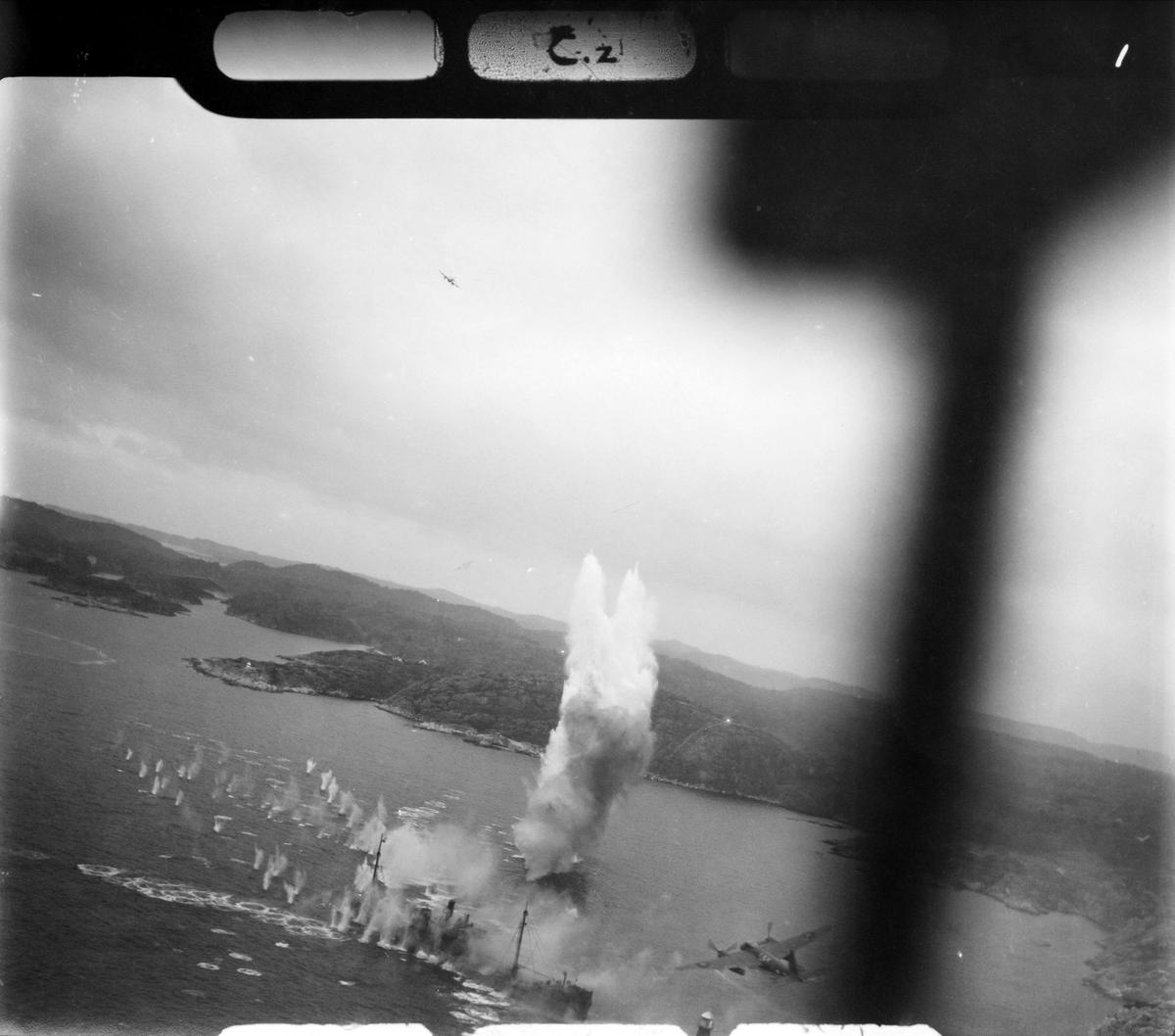 RAF angriper fiendtlige skip på norskekysten. Sted og tidspunkt ukjent.