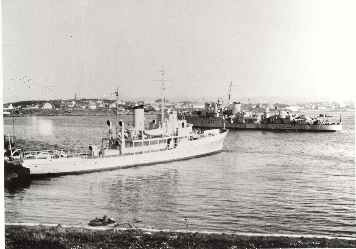 Motiv: Mineleggern KNM Otra -45grader styrbord låring.I bakgrunnen jagern KNM Arendal(J12)
