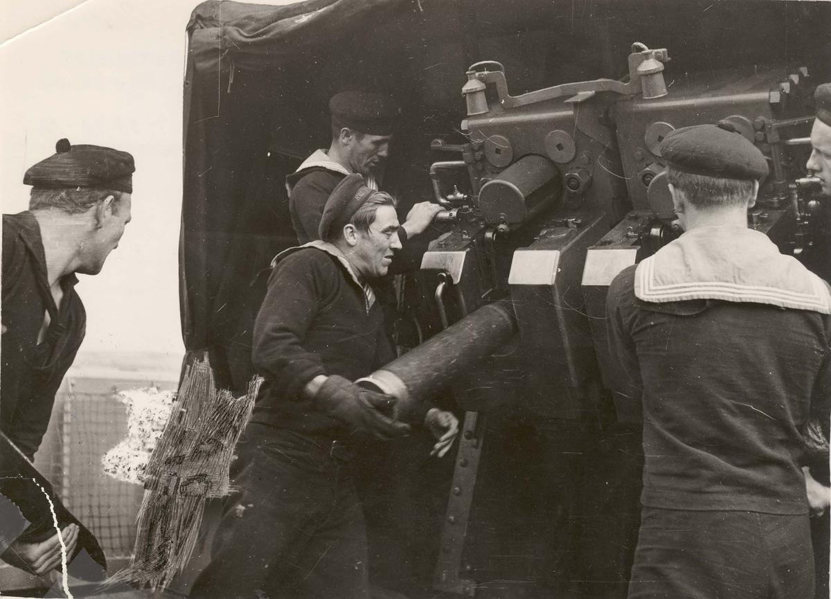 """Jageren  """"Glaisdale"""" , livet om bord under 2. VK. Kanoneksersis"""