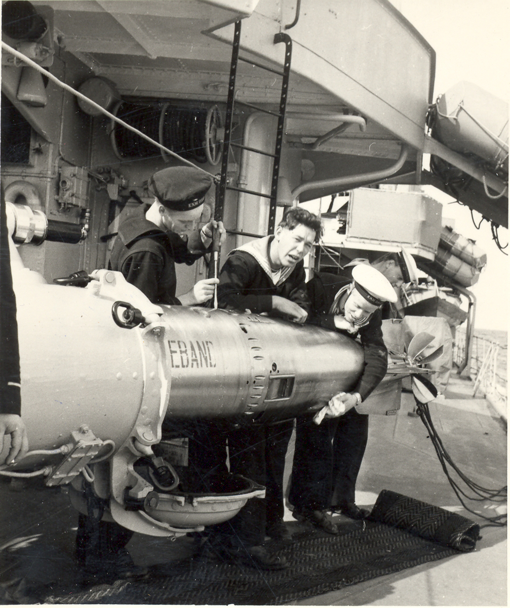 Fra livet ombord på en C-Klasse jager. Mannskapet arbeider med en torpedo på dekk.