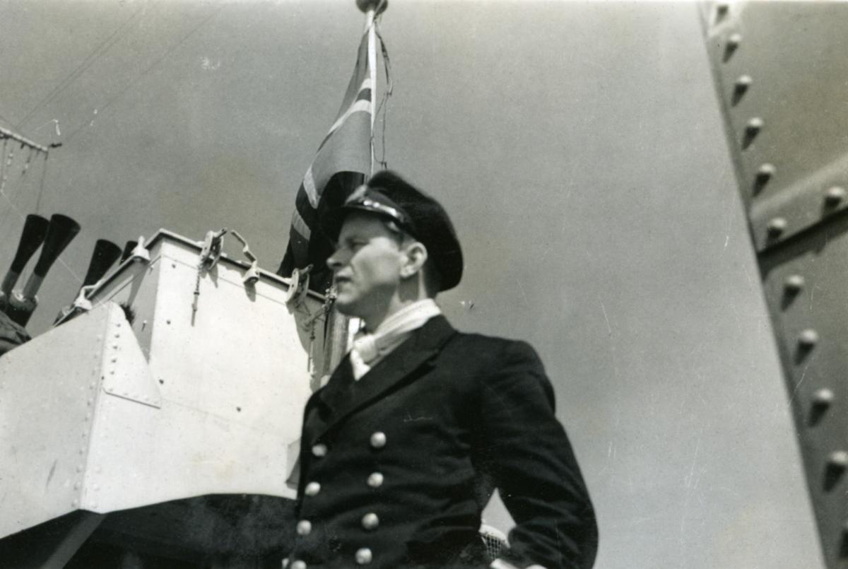 """Album Glaisdale H.Nor.M.S. """"Glaisdale"""". Fotograf: Knutdzon. En av offiserene på skipet."""