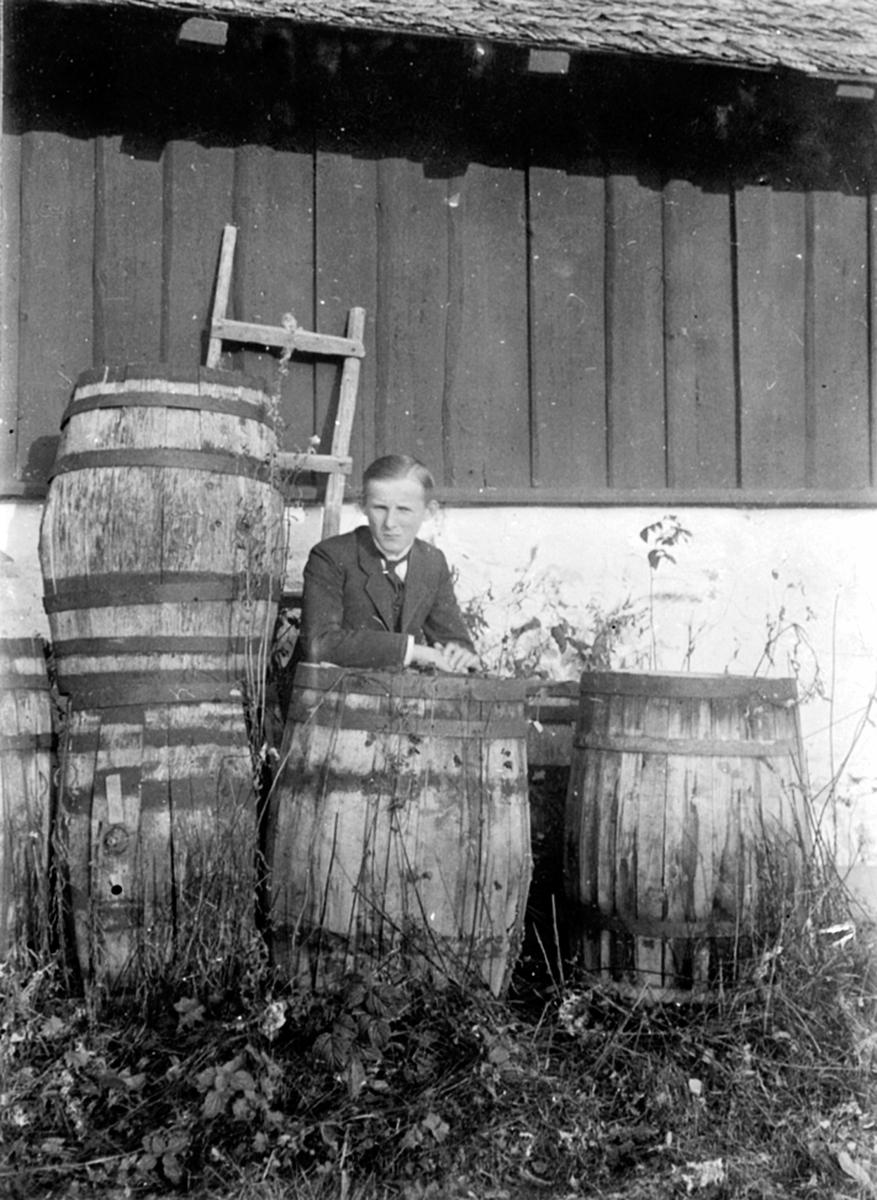 Christen Løken ved store tretønner på Granerud gård, Brumunddal.