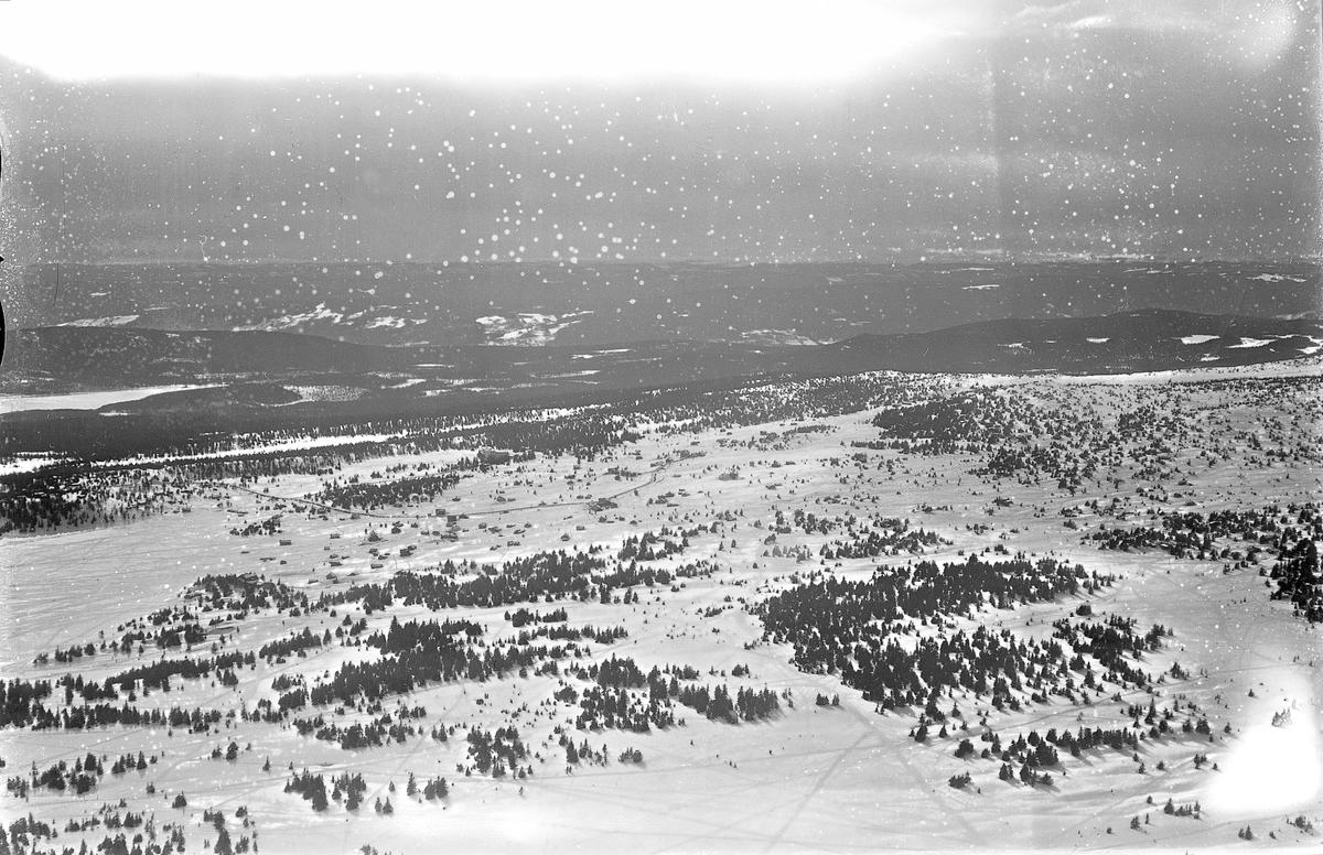 Flyfoto av Sjusjøen, oversikt fra stor høyde, vinter.