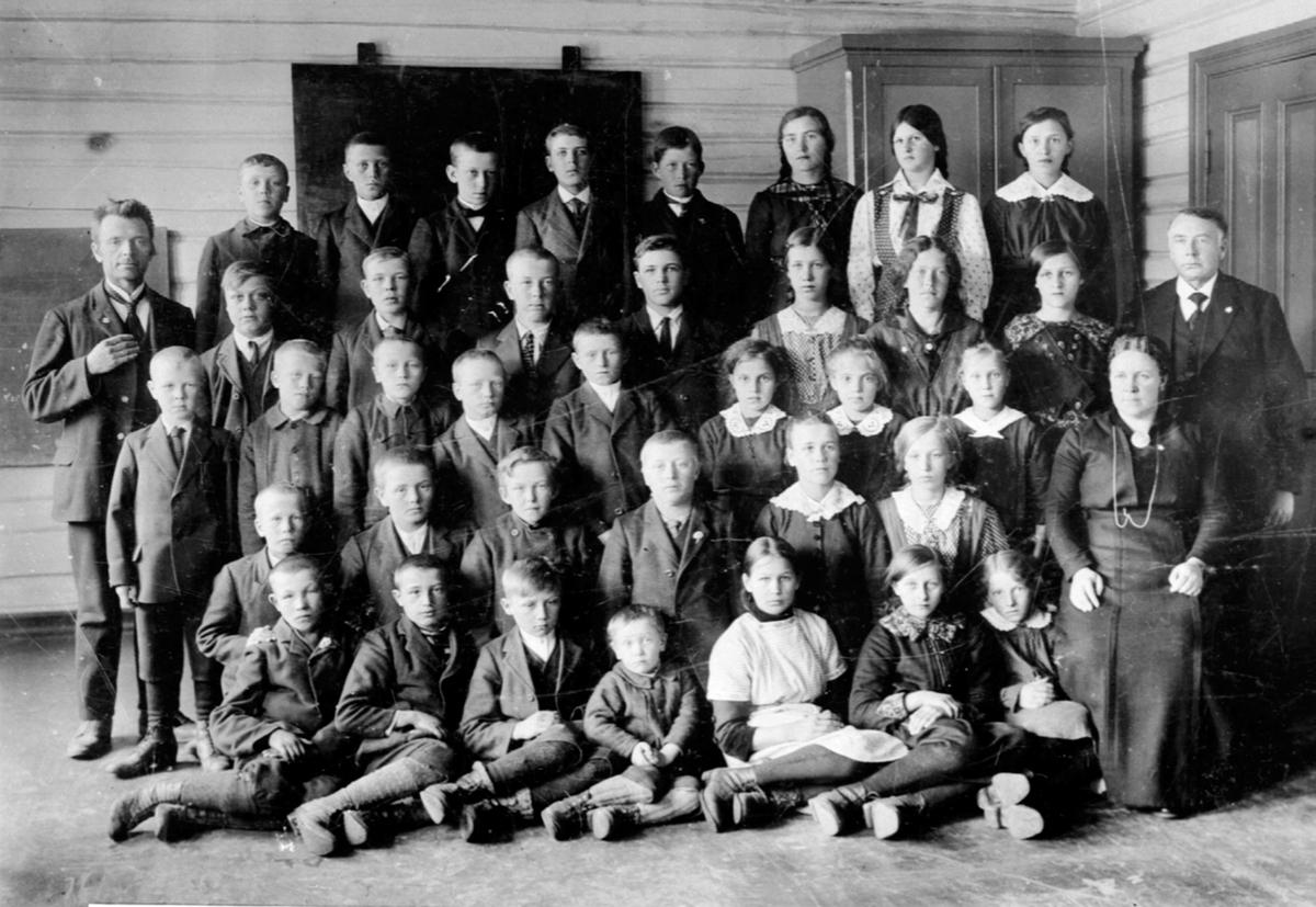 Elever og lærere ved Fagernes skole, Næroset, Ringsaker. Se reg. skjema for navn.