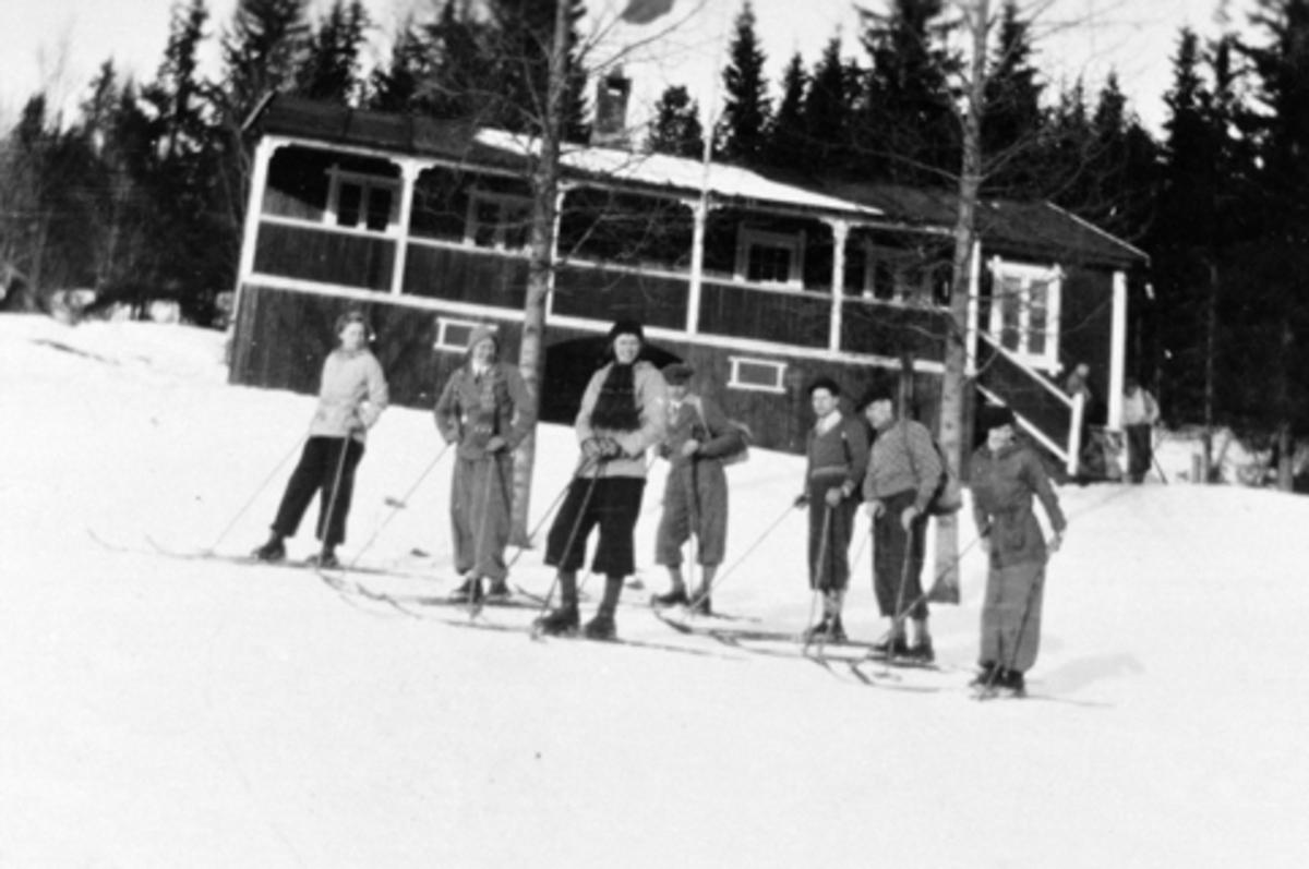Eksteriør, HIL-hytta, Furnesåsen, skiløpere.