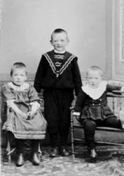 GRUPPE: 3 BARN, PEDER LINDHOLT FØDT:1897, INGEBORG LINDHOLT